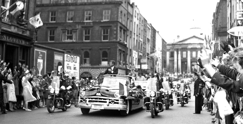 The motorcade is cheered along Dublin's Parliament Street, with City Hall in the background. (NLI, Independent Newspapers Collection)