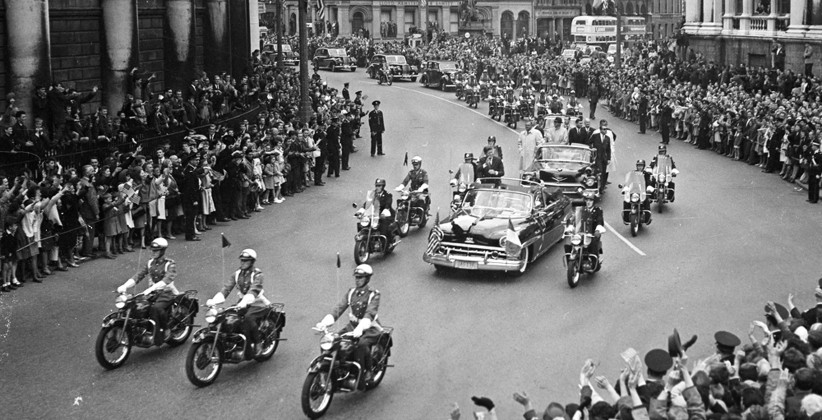 JFK  waves to the Dublin crowds as the motorcade arrives at College Green.  (NLI, Independent Newspapers Collection)