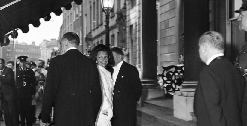 Lee Radziwill, Jackie Kennedy's sister, heading into Iveagh House for a formal dinner. (NLI, Independent Newspapers Collection)
