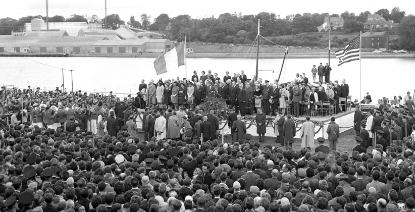 Crowds gathered in front of the podium on the quay in New Ross.  (NLI, Independent Newspapers Collection)